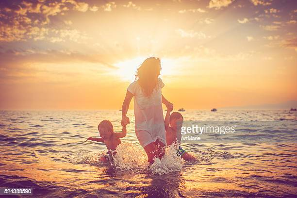 Madre e i suoi figli in mare