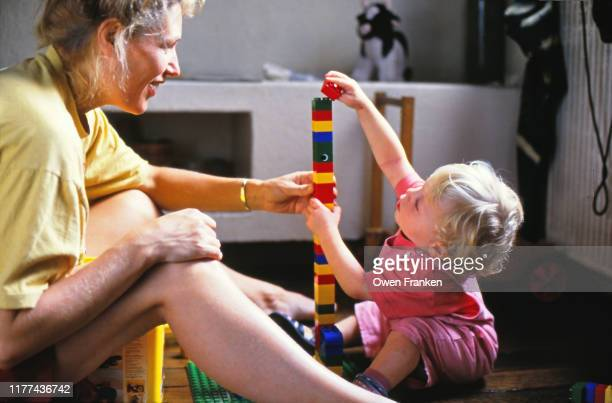 mother and her two year old son playing - image photos et images de collection