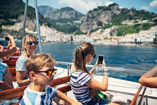 アマルフィ海岸でフェリーに乗って楽しむ母と子供たち - カンパニア州 ストックフォトと画像
