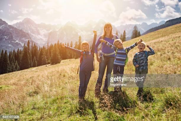 Mutter und Kinder Wandern in den Bergen