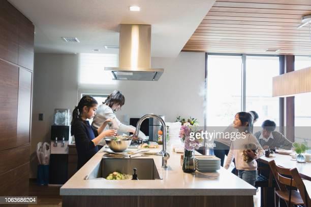 母とキッチンで子供