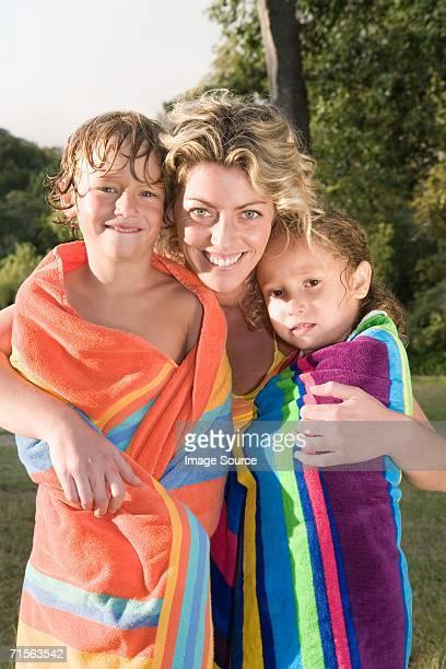Mutter und Kinder in Handtücher