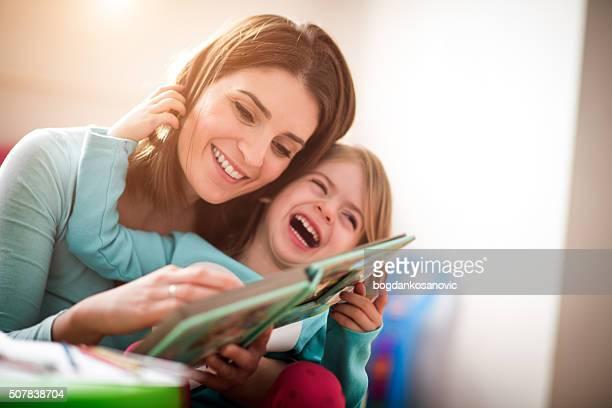 Mãe e filha pequena