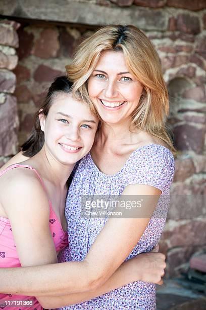 mère et fille de portrait d' - fille de 12 ans photos et images de collection