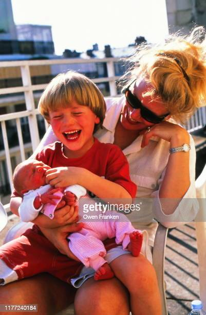 mother and son and baby girl - image photos et images de collection