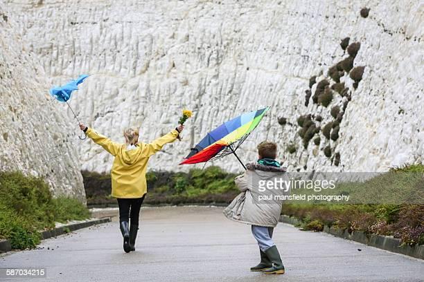 mother and son battling with umbrellas - virada ao contrário - fotografias e filmes do acervo