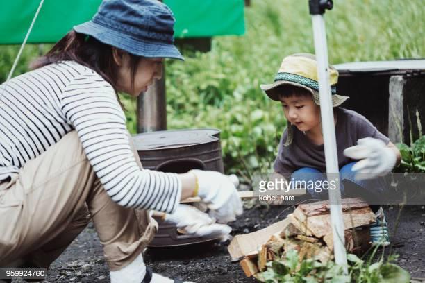 母と息子の屋外キャンプ