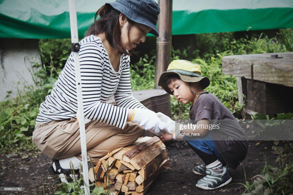 母と息子の屋外キャンプ : ストックフォト