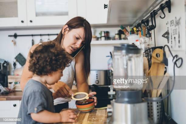 Mutter und Sohn Kochen