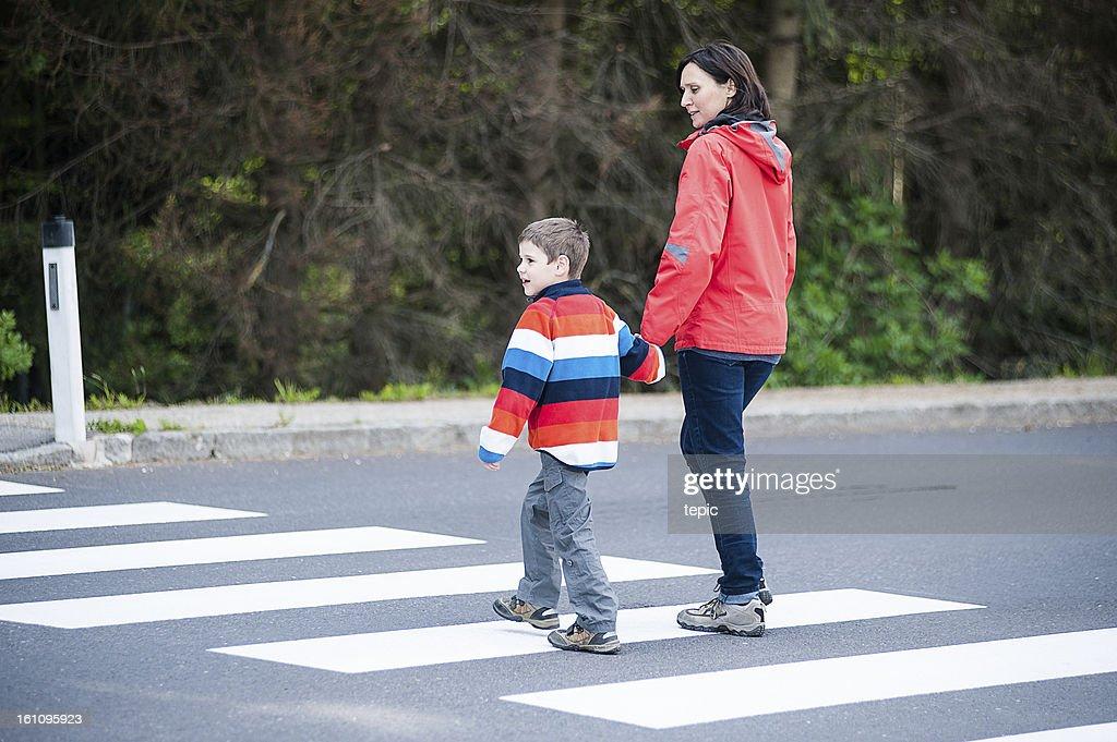母と息子の Street の交差点 : ストックフォト