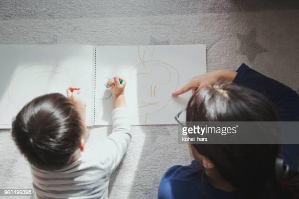mãe e filho em casa com um desenho - vida simples - fotografias e filmes do acervo