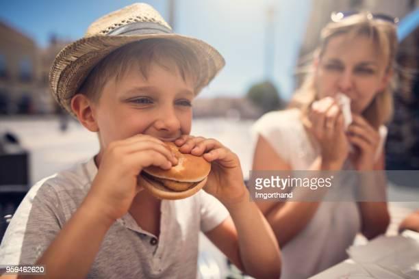 Mutter und Sohn Essen Burger zum Mittagessen