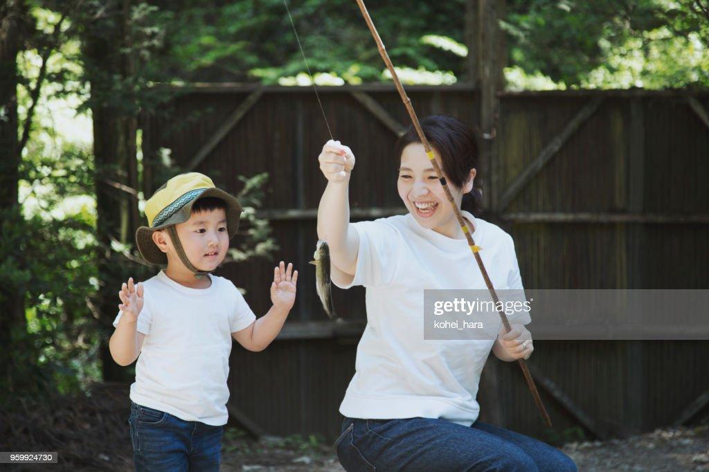 Mutter und Sohn Angeln Forellen in den Bergen zusammen : Stock-Foto