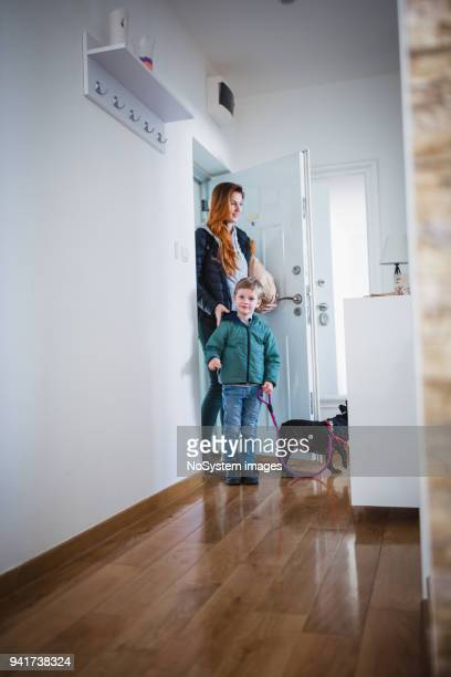 Madre e hijo llegar a casa de compras