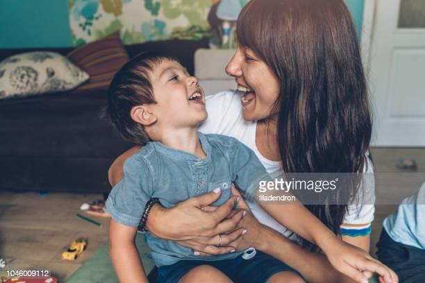 hijo y madre feliz juntos - 4 5 años fotografías e imágenes de stock