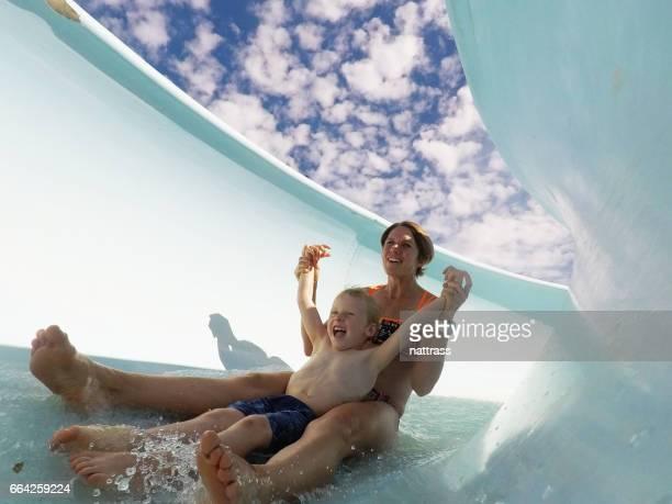 母と息子のウォーター スライドで楽しんで