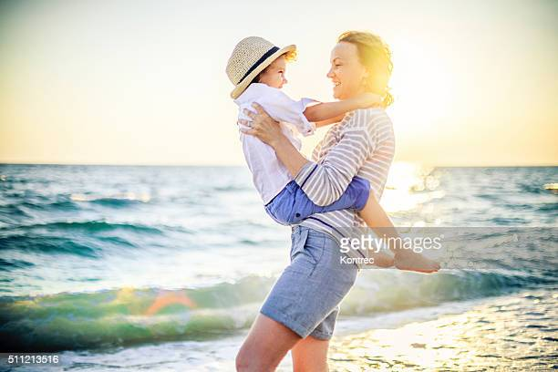 Mère et fils s'amuser sur la plage