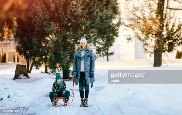 Mutter und Sohn Spaß im Freien im Winter