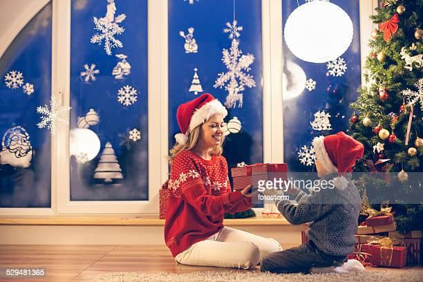 Mère et fils tenant cadeau de Noël