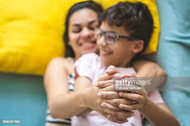 mãe e filho segurando as mãos - azul turquesa - fotografias e filmes do acervo