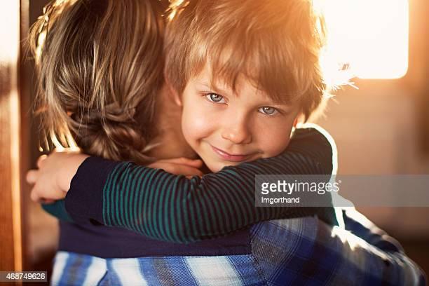 Mutter und Sohn umarmen