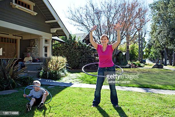 mother and son hula hooping - カリフォルニア州 パサデナ ストックフォトと画像