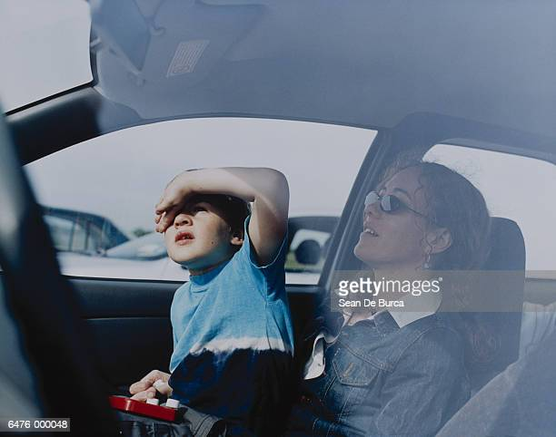 mother and son in automobile - kin in de hand stock pictures, royalty-free photos & images