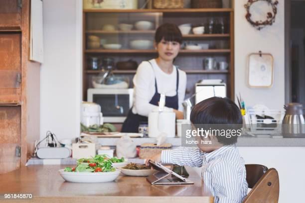 母と息子の自宅のダイニング キッチンで - 専業主婦 ストックフォトと画像