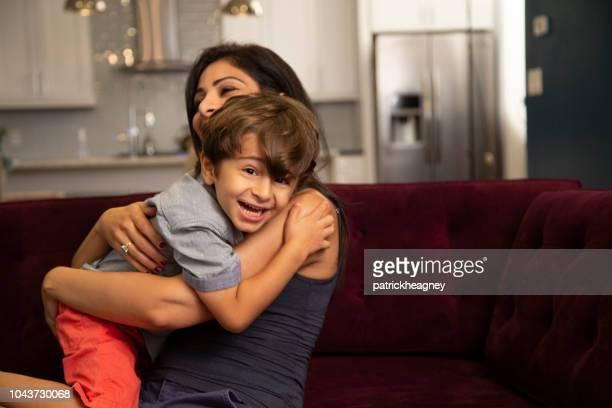 母と息子の室内 - イラン人 ストックフォトと画像