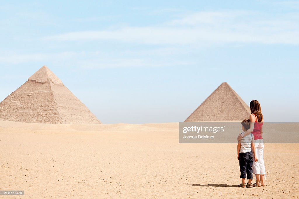 Mother and son looking at pyramids : Stock Photo