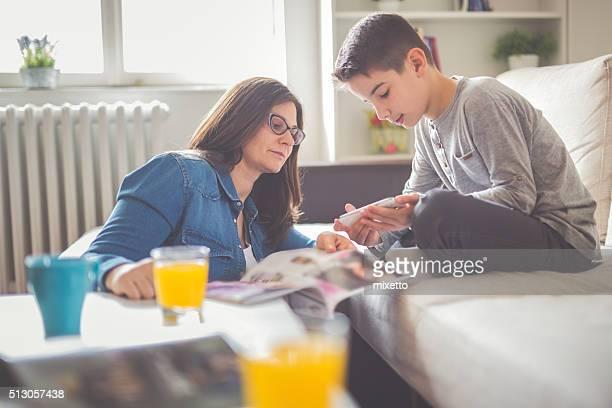 Mère et fils fils regardant téléphone intelligent