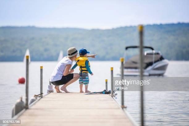 mãe e filho, olhando a vista no cais no verão - life jacket photos - fotografias e filmes do acervo