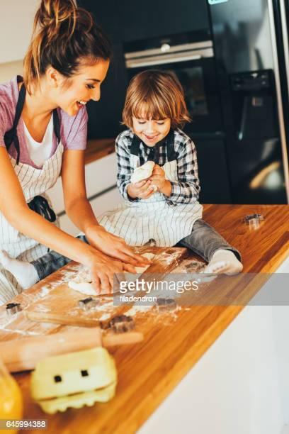 Madre e hijo haciendo galletas en la cocina