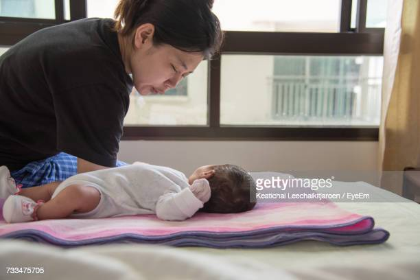 mother and son on bed at home - chambre hopital photos et images de collection
