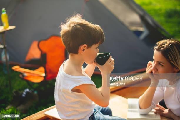 Mutter und Sohn auf Campingplatz