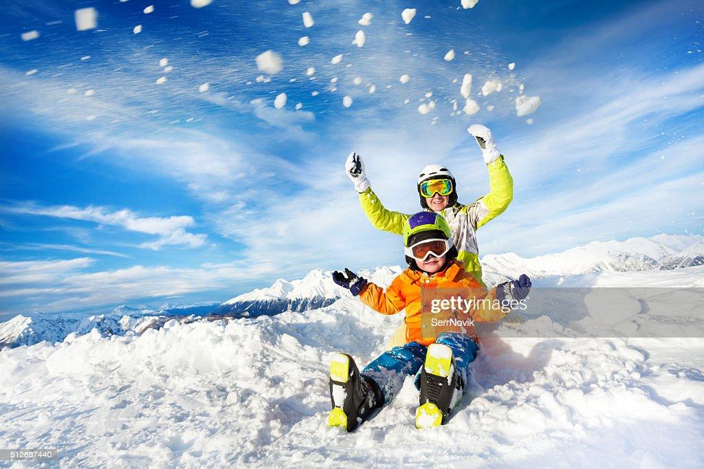 母と息子の山の雪で動作 : ストックフォト