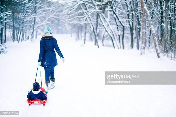 Madre e hijo en la nieve