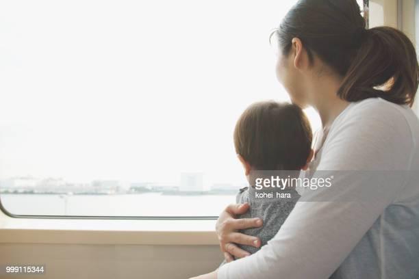 母と息子は電車の中で
