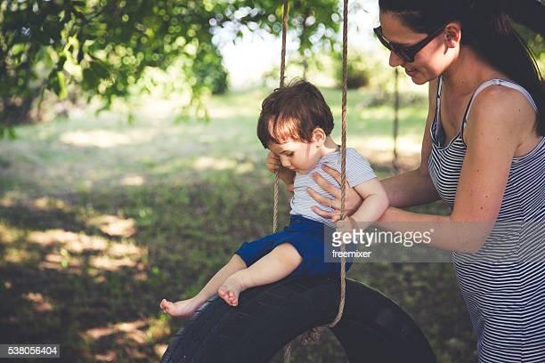 Mutter und Sohn auf Reifenschaukel