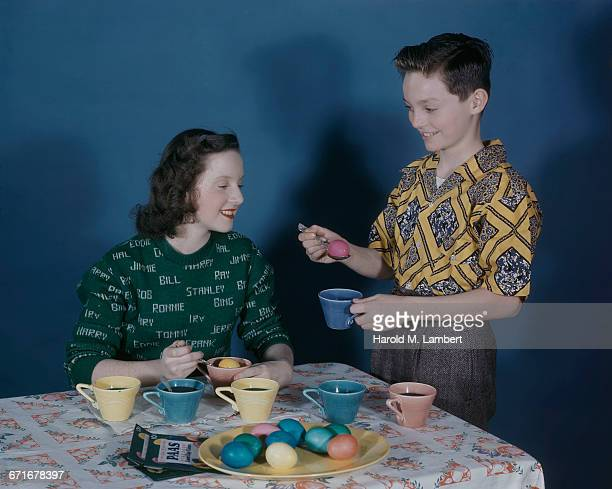 mother and son painting easter eggs  - {{ collectponotification.cta }} fotografías e imágenes de stock