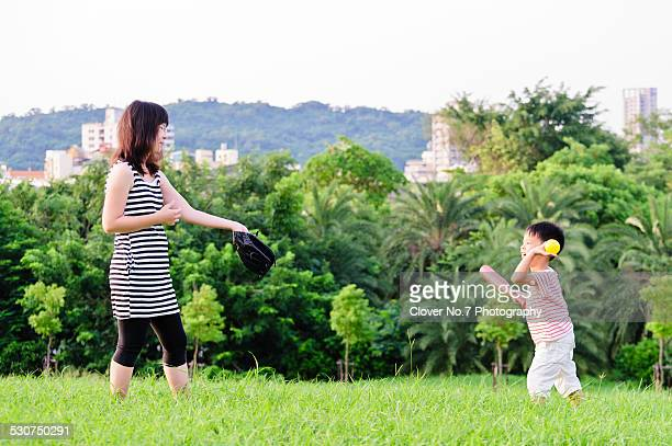 mother and son playing baseball - baseball mom stock pictures, royalty-free photos & images
