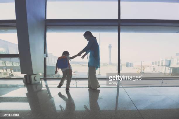 Mutter und Sohn spielt in Flughafen-lounge