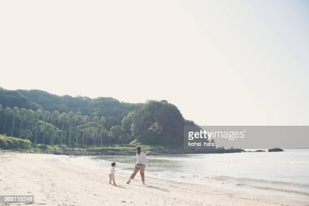 母と息子、ビーチで遊ぶ