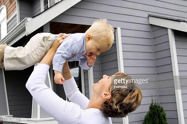 Mère et fils jouant