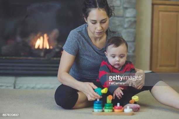 Mère et fils playtime dans le salon!