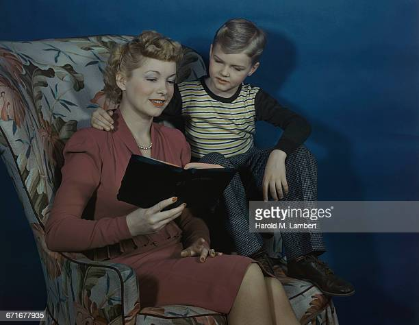 mother and son reading bible together  - {{relatedsearchurl(carousel.phrase)}} ストックフォトと画像
