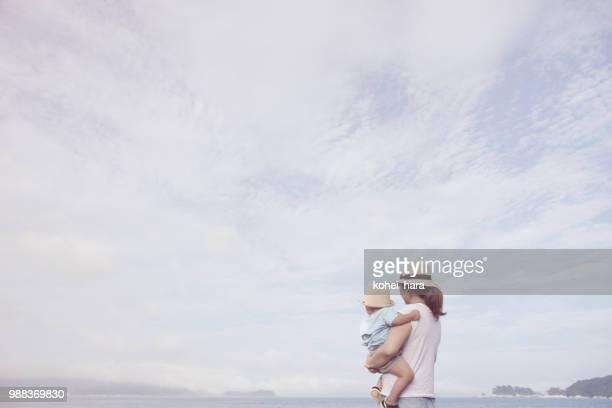 母と息子は、海辺でリラックス - シンプルな暮らし ストックフォトと画像