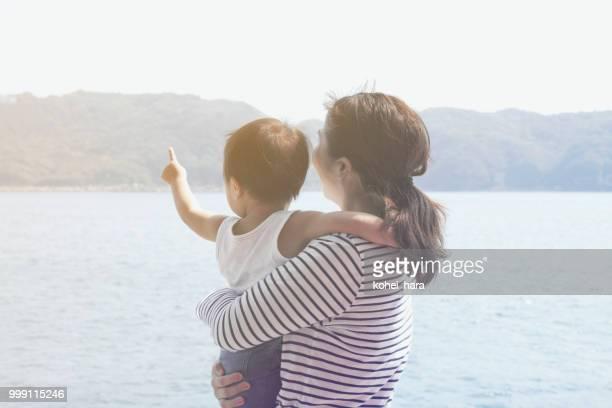 母と息子は、海辺でリラックス