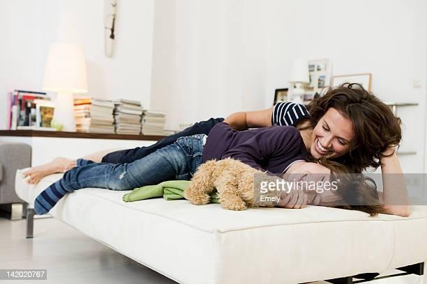 Mère et fils se détendre dans le salon
