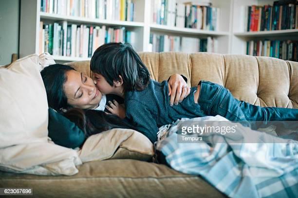 Mutter und Sohn Schlafen im Wohnbereich.